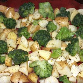 Cartofi noi cu broccoli la cuptor