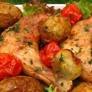 Pulpe de pui cu roşii şi cartofi noi